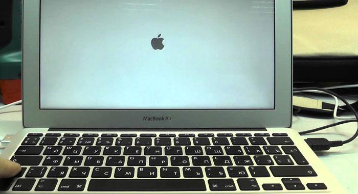Макбук «висит» на «яблоке»